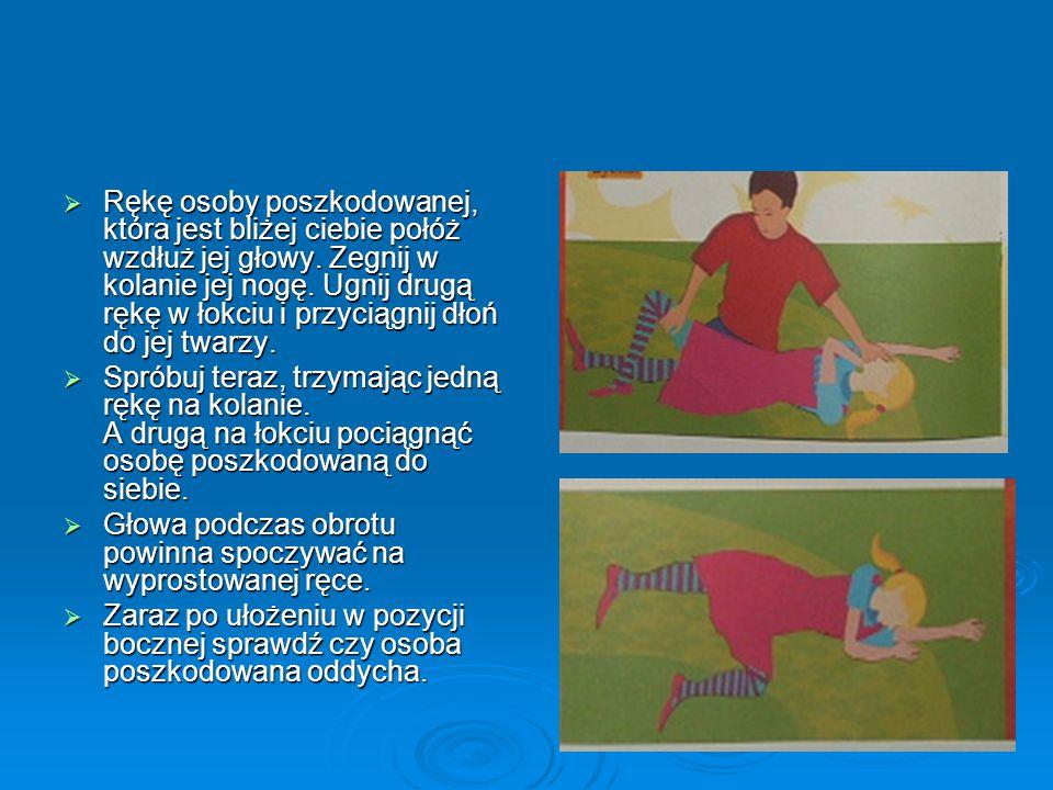Rękę osoby poszkodowanej, która jest bliżej ciebie połóż wzdłuż jej głowy. Zegnij w kolanie jej nogę. Ugnij drugą rękę w łokciu i przyciągnij dłoń do jej twarzy.