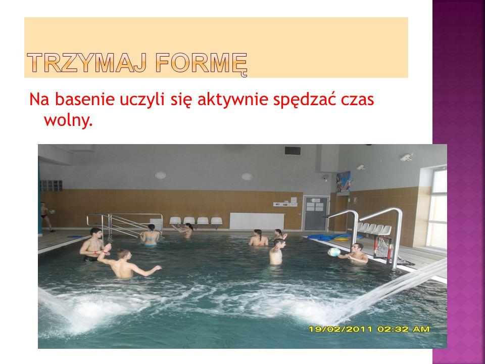TRZYMAJ FORMĘ Na basenie uczyli się aktywnie spędzać czas wolny.