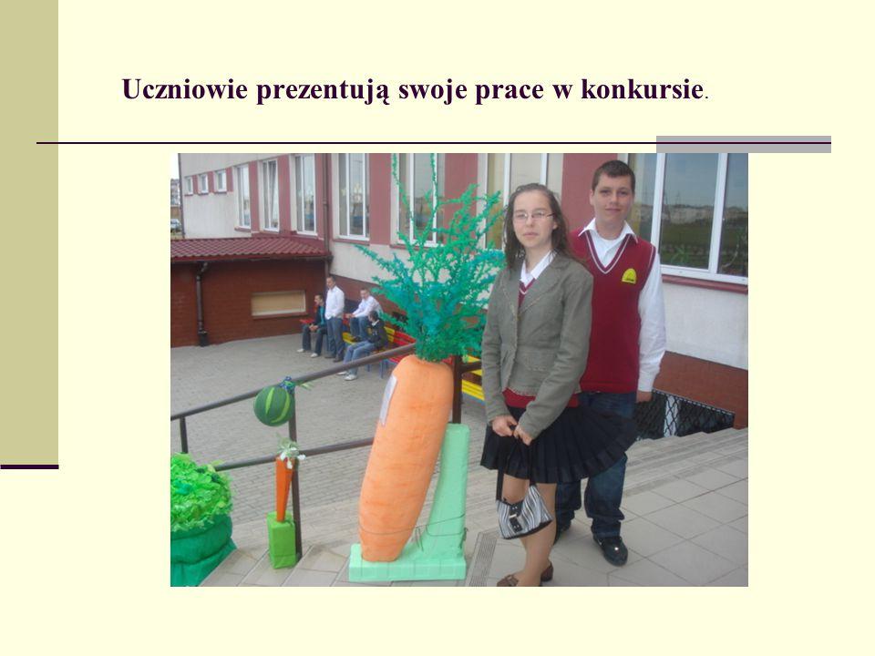 Uczniowie prezentują swoje prace w konkursie.