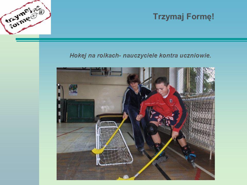 Hokej na rolkach- nauczyciele kontra uczniowie.