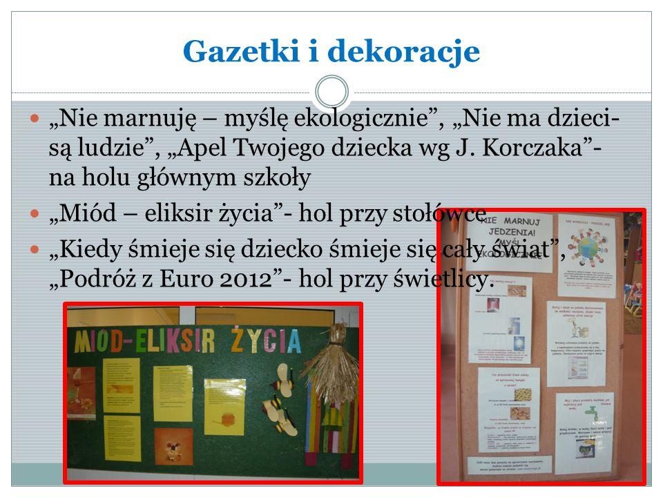 """Gazetki i dekoracje """"Nie marnuję – myślę ekologicznie , """"Nie ma dzieci- są ludzie , """"Apel Twojego dziecka wg J. Korczaka - na holu głównym szkoły."""