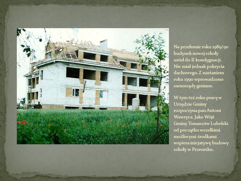 Na przełomie roku 1989/90 budynek nowej szkoły urósł do II kondygnacji