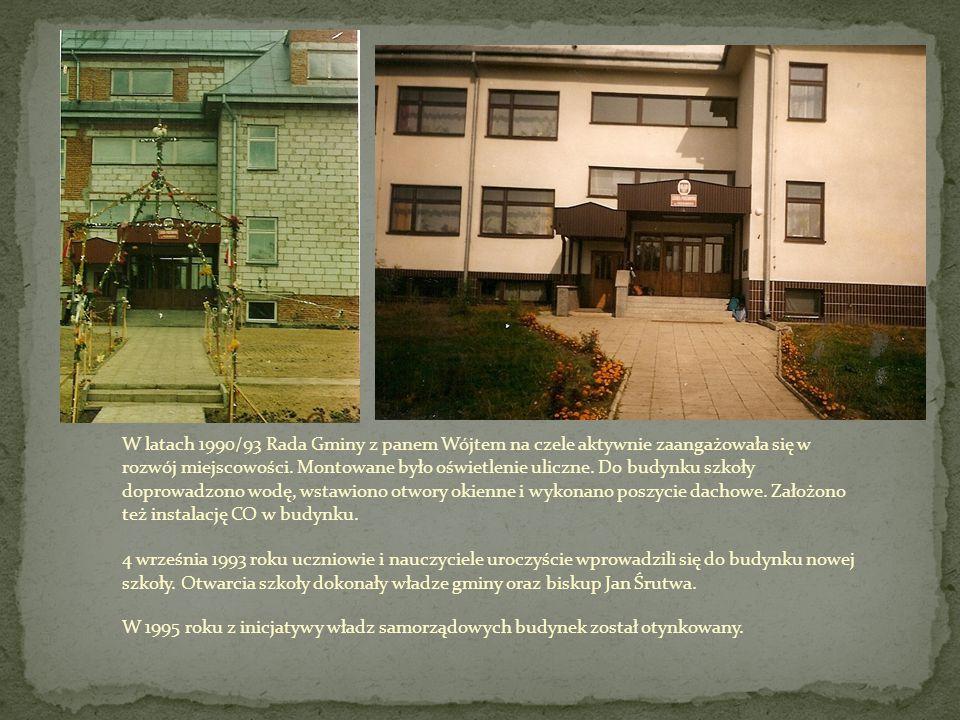 W latach 1990/93 Rada Gminy z panem Wójtem na czele aktywnie zaangażowała się w rozwój miejscowości. Montowane było oświetlenie uliczne. Do budynku szkoły doprowadzono wodę, wstawiono otwory okienne i wykonano poszycie dachowe. Założono też instalację CO w budynku.