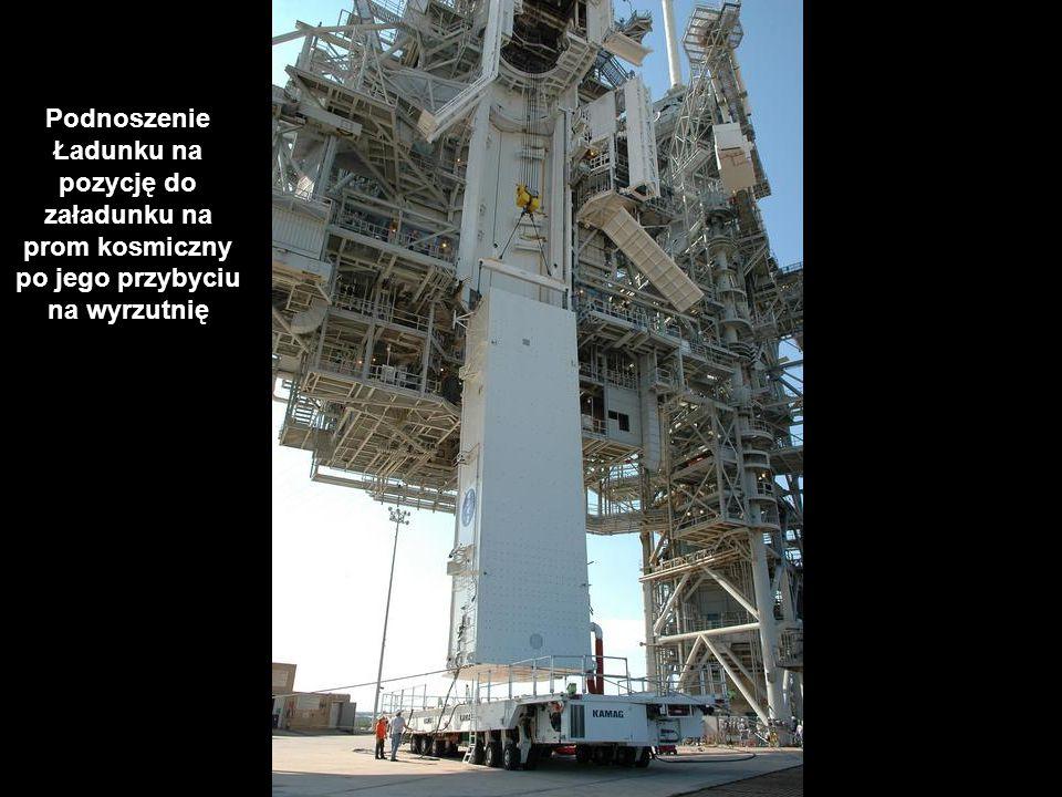 Podnoszenie Ładunku na pozycję do załadunku na prom kosmiczny po jego przybyciu na wyrzutnię