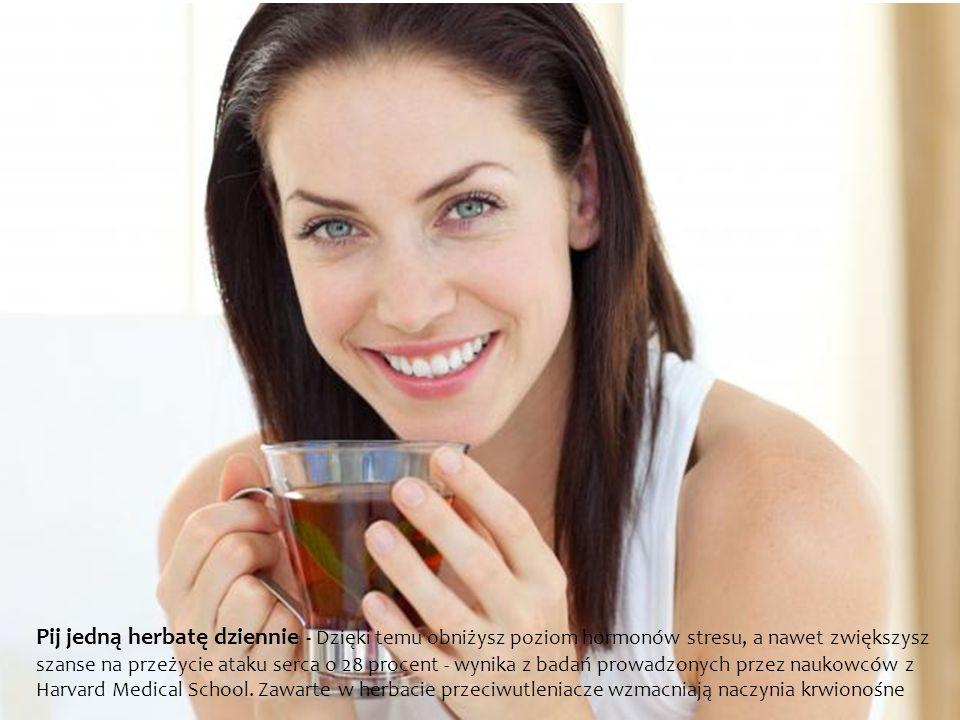 Pij jedną herbatę dziennie - Dzięki temu obniżysz poziom hormonów stresu, a nawet zwiększysz szanse na przeżycie ataku serca o 28 procent - wynika z badań prowadzonych przez naukowców z Harvard Medical School.