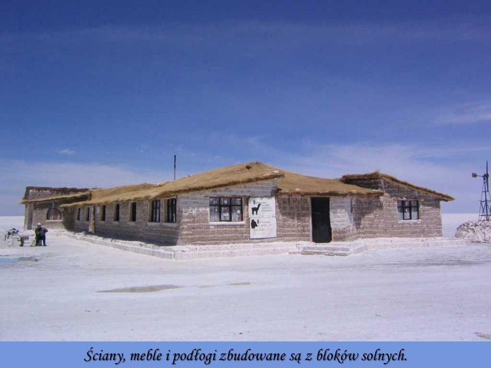 Ściany, meble i podłogi zbudowane są z bloków solnych.