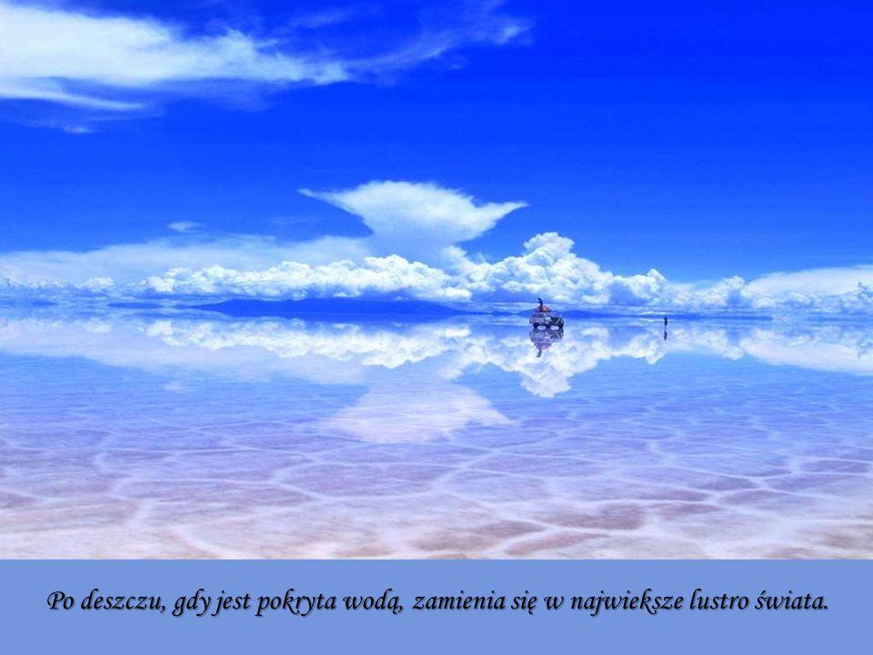 Po deszczu, gdy jest pokryta wodą, zamienia się w najwieksze lustro świata.