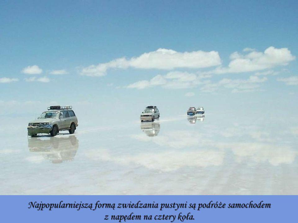 Najpopularniejszą formą zwiedzania pustyni są podróże samochodem