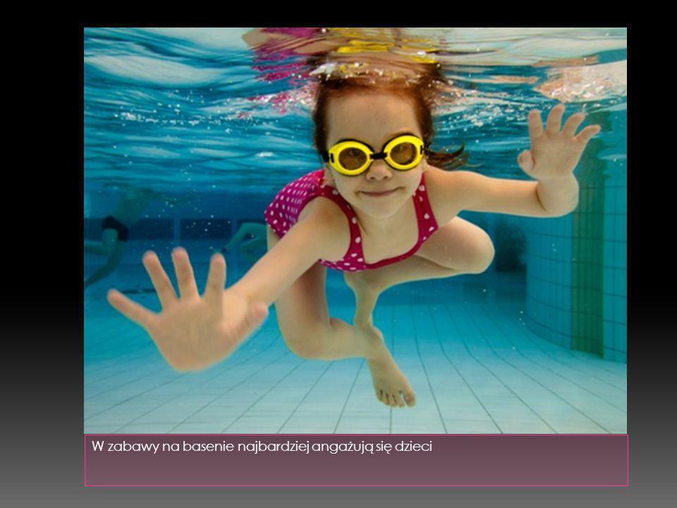 W zabawy na basenie najbardziej angażują się dzieci