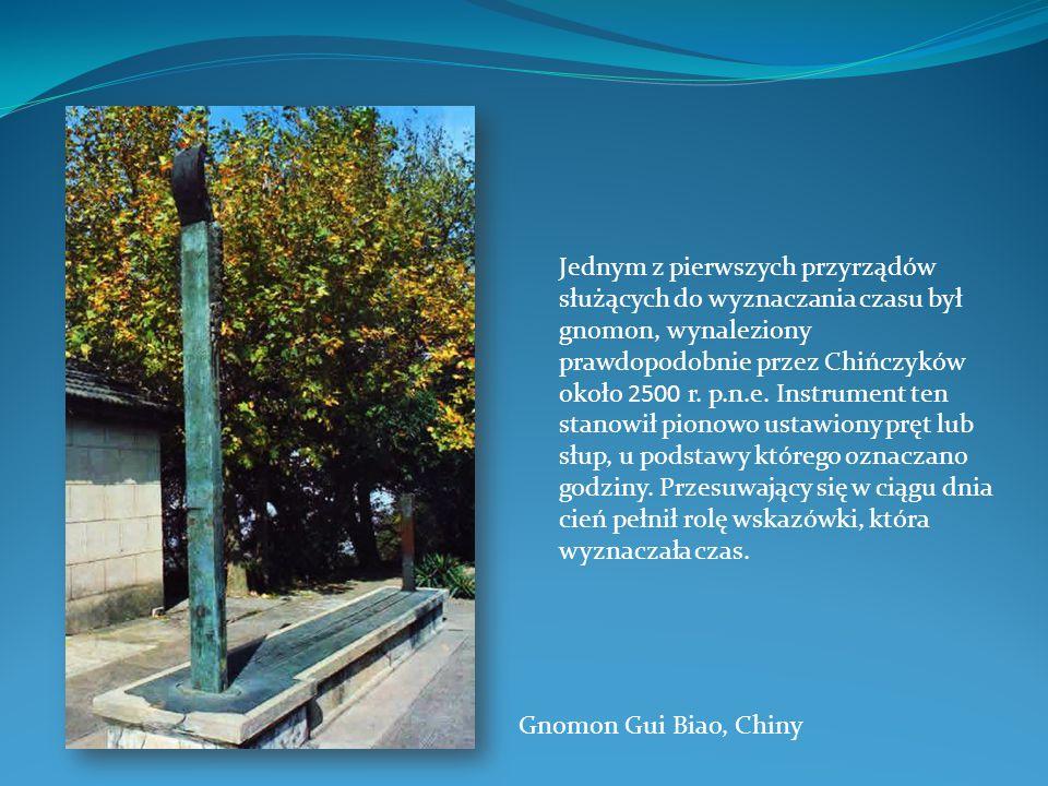 Jednym z pierwszych przyrządów służących do wyznaczania czasu był gnomon, wynaleziony prawdopodobnie przez Chińczyków około 2500 r. p.n.e. Instrument ten stanowił pionowo ustawiony pręt lub słup, u podstawy którego oznaczano godziny. Przesuwający się w ciągu dnia cień pełnił rolę wskazówki, która wyznaczała czas.