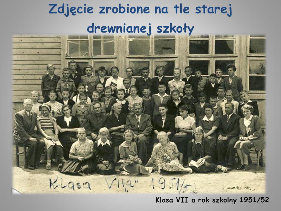 Zdjęcie zrobione na tle starej drewnianej szkoły