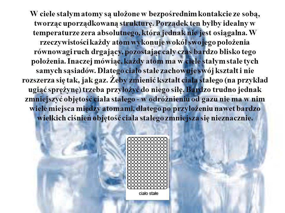 W ciele stałym atomy są ułożone w bezpośrednim kontakcie ze sobą, tworząc uporządkowaną strukturę.