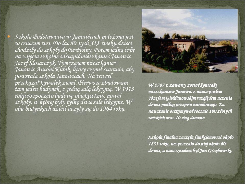 Szkoła Podstawowa w Janowicach położona jest w centrum wsi
