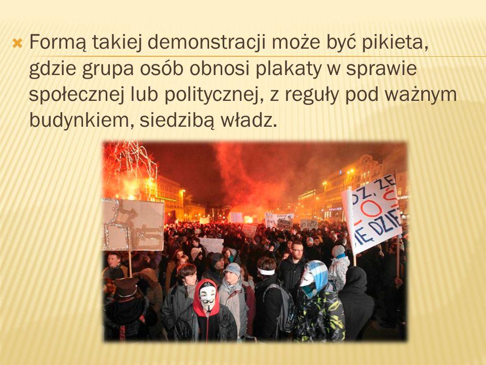 Formą takiej demonstracji może być pikieta, gdzie grupa osób obnosi plakaty w sprawie społecznej lub politycznej, z reguły pod ważnym budynkiem, siedzibą władz.