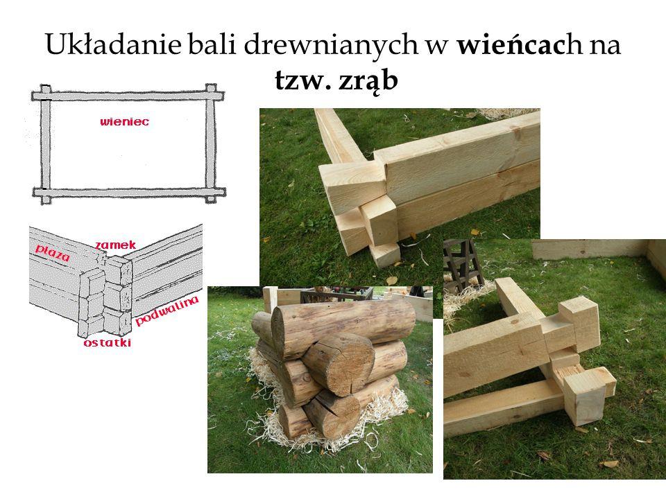 Układanie bali drewnianych w wieńcach na tzw. zrąb