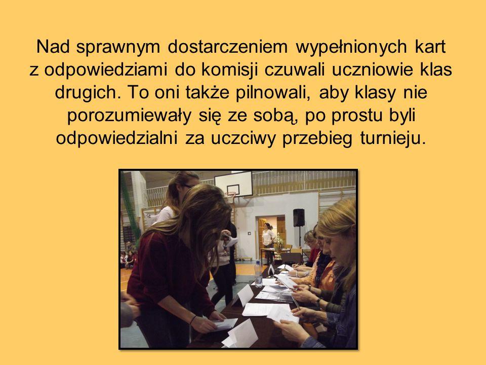Nad sprawnym dostarczeniem wypełnionych kart z odpowiedziami do komisji czuwali uczniowie klas drugich.