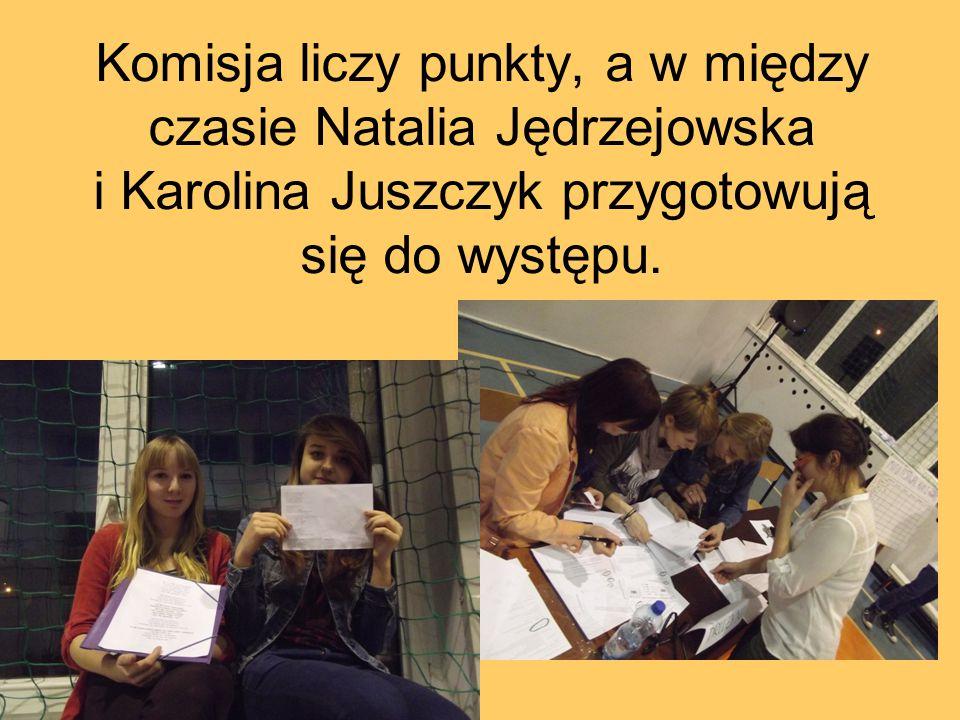 Komisja liczy punkty, a w między czasie Natalia Jędrzejowska i Karolina Juszczyk przygotowują się do występu.
