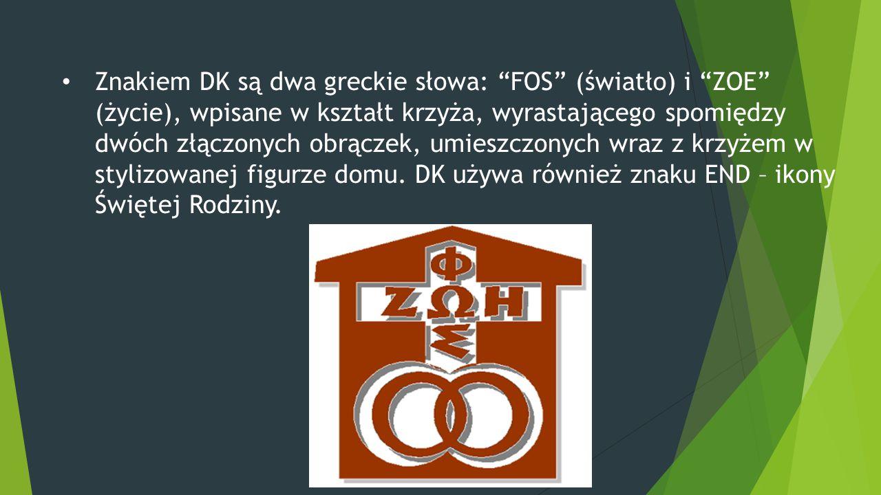 Znakiem DK są dwa greckie słowa: FOS (światło) i ZOE (życie), wpisane w kształt krzyża, wyrastającego spomiędzy dwóch złączonych obrączek, umieszczonych wraz z krzyżem w stylizowanej figurze domu.
