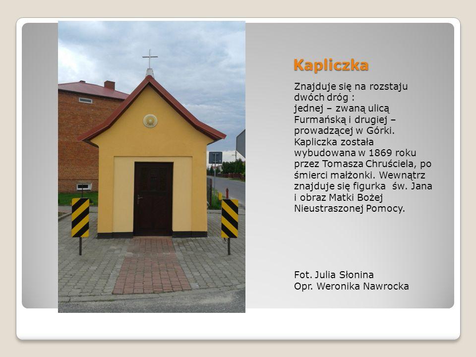 Kapliczka Znajduje się na rozstaju dwóch dróg :