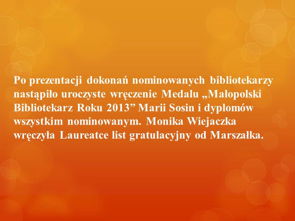 """Po prezentacji dokonań nominowanych bibliotekarzy nastąpiło uroczyste wręczenie Medalu """"Małopolski Bibliotekarz Roku 2013 Marii Sosin i dyplomów wszystkim nominowanym."""