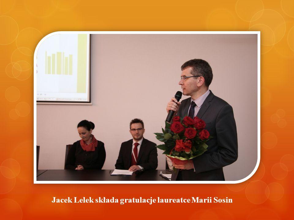 Jacek Lelek składa gratulacje laureatce Marii Sosin
