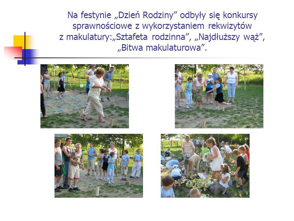 """Na festynie """"Dzień Rodziny odbyły się konkursy sprawnościowe z wykorzystaniem rekwizytów z makulatury:""""Sztafeta rodzinna , """"Najdłuższy wąż , """"Bitwa makulaturowa ."""