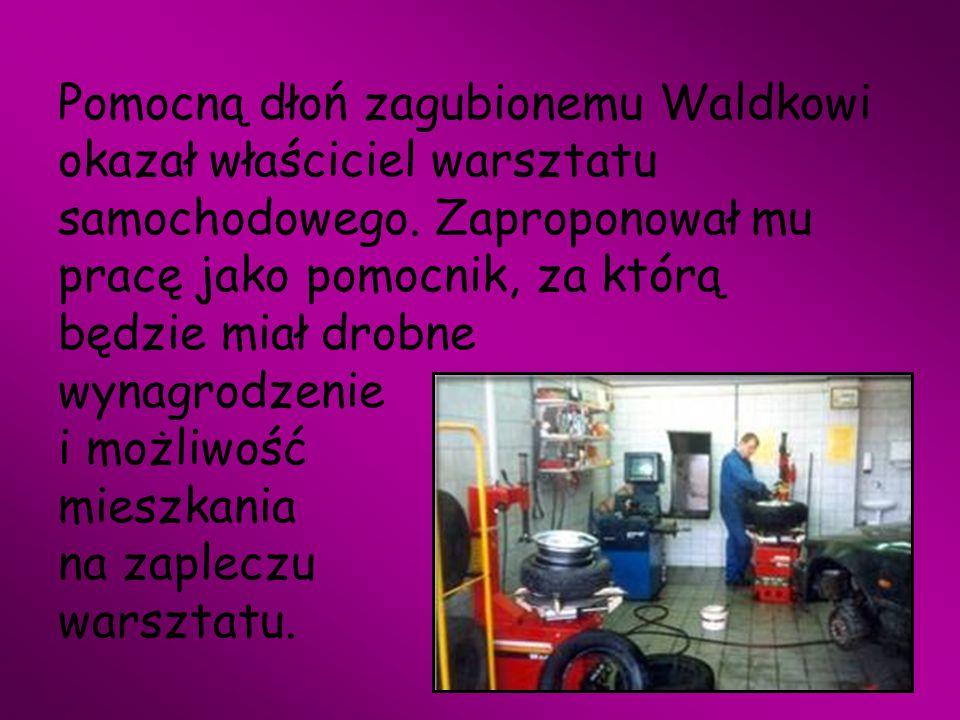 Pomocną dłoń zagubionemu Waldkowi okazał właściciel warsztatu samochodowego.