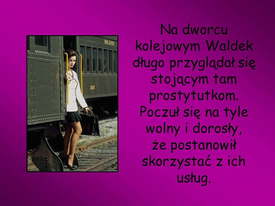 Na dworcu kolejowym Waldek długo przyglądał się stojącym tam prostytutkom.