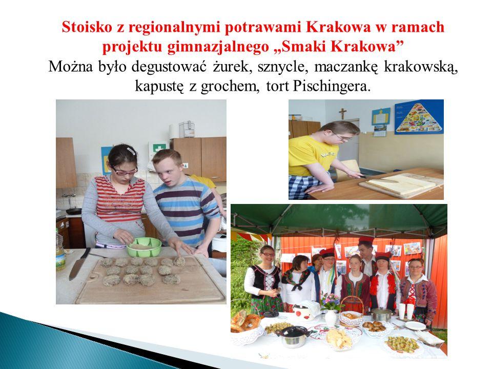 """Stoisko z regionalnymi potrawami Krakowa w ramach projektu gimnazjalnego """"Smaki Krakowa"""