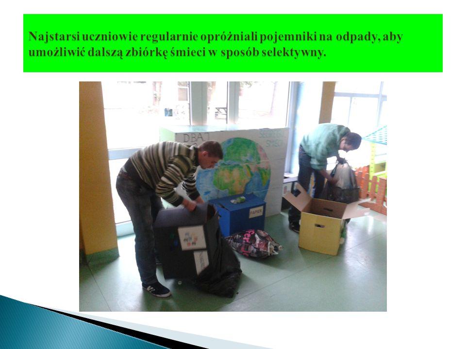 Najstarsi uczniowie regularnie opróżniali pojemniki na odpady, aby umożliwić dalszą zbiórkę śmieci w sposób selektywny.