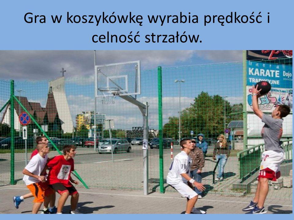 Gra w koszykówkę wyrabia prędkość i celność strzałów.
