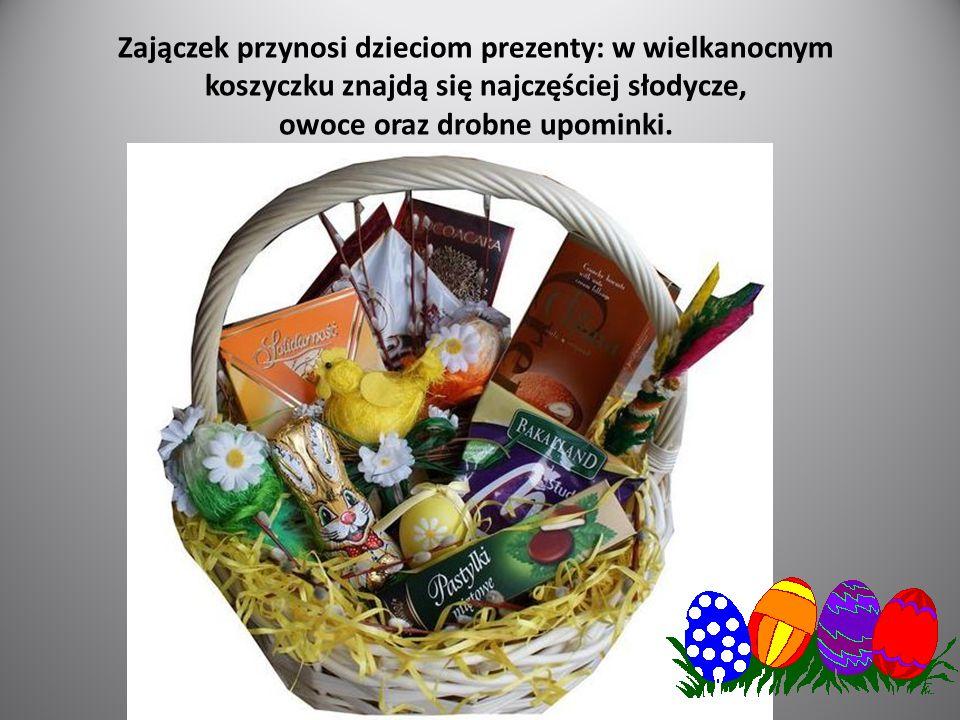 Zajączek przynosi dzieciom prezenty: w wielkanocnym koszyczku znajdą się najczęściej słodycze, owoce oraz drobne upominki.