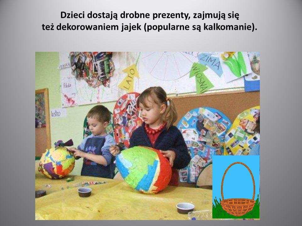 Dzieci dostają drobne prezenty, zajmują się też dekorowaniem jajek (popularne są kalkomanie).