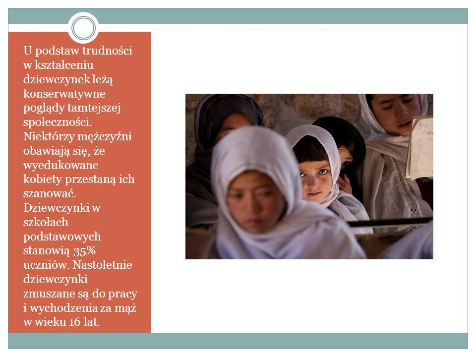 U podstaw trudności w kształceniu dziewczynek leżą konserwatywne poglądy tamtejszej społeczności.