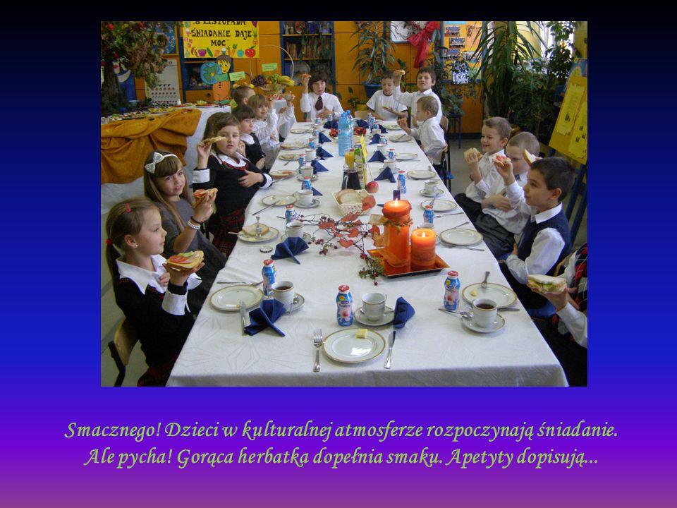 Smacznego! Dzieci w kulturalnej atmosferze rozpoczynają śniadanie.