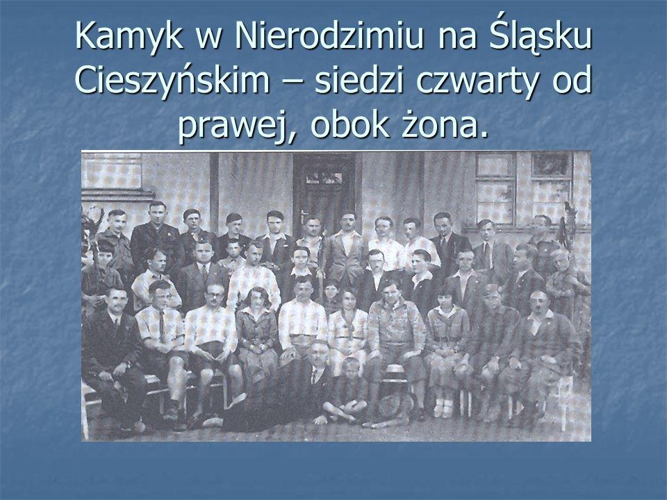 Kamyk w Nierodzimiu na Śląsku Cieszyńskim – siedzi czwarty od prawej, obok żona.