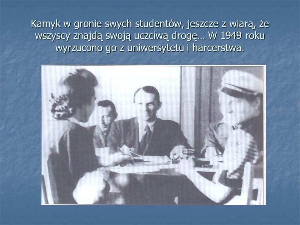 Kamyk w gronie swych studentów, jeszcze z wiarą, że wszyscy znajdą swoją uczciwą drogę… W 1949 roku wyrzucono go z uniwersytetu i harcerstwa.