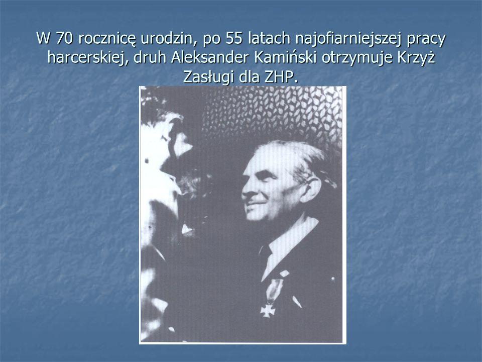 W 70 rocznicę urodzin, po 55 latach najofiarniejszej pracy harcerskiej, druh Aleksander Kamiński otrzymuje Krzyż Zasługi dla ZHP.