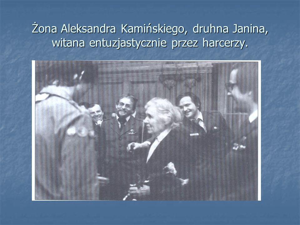 Żona Aleksandra Kamińskiego, druhna Janina, witana entuzjastycznie przez harcerzy.
