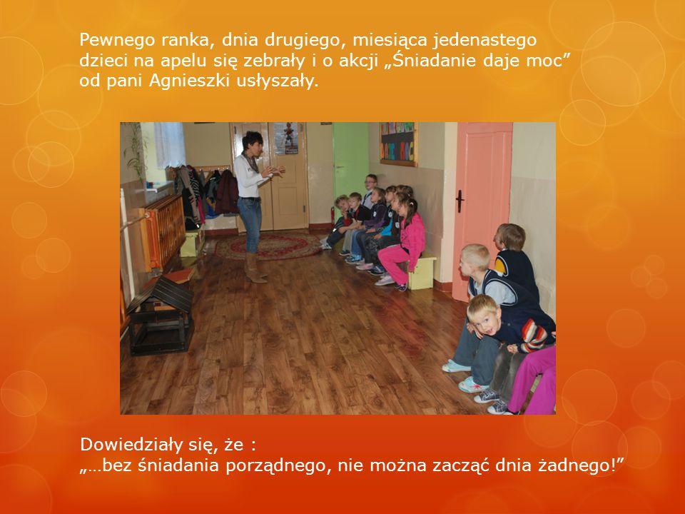 """Pewnego ranka, dnia drugiego, miesiąca jedenastego dzieci na apelu się zebrały i o akcji """"Śniadanie daje moc od pani Agnieszki usłyszały."""