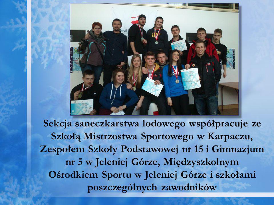Sekcja saneczkarstwa lodowego współpracuje ze Szkołą Mistrzostwa Sportowego w Karpaczu, Zespołem Szkoły Podstawowej nr 15 i Gimnazjum nr 5 w Jeleniej Górze, Międzyszkolnym Ośrodkiem Sportu w Jeleniej Górze i szkołami poszczególnych zawodników
