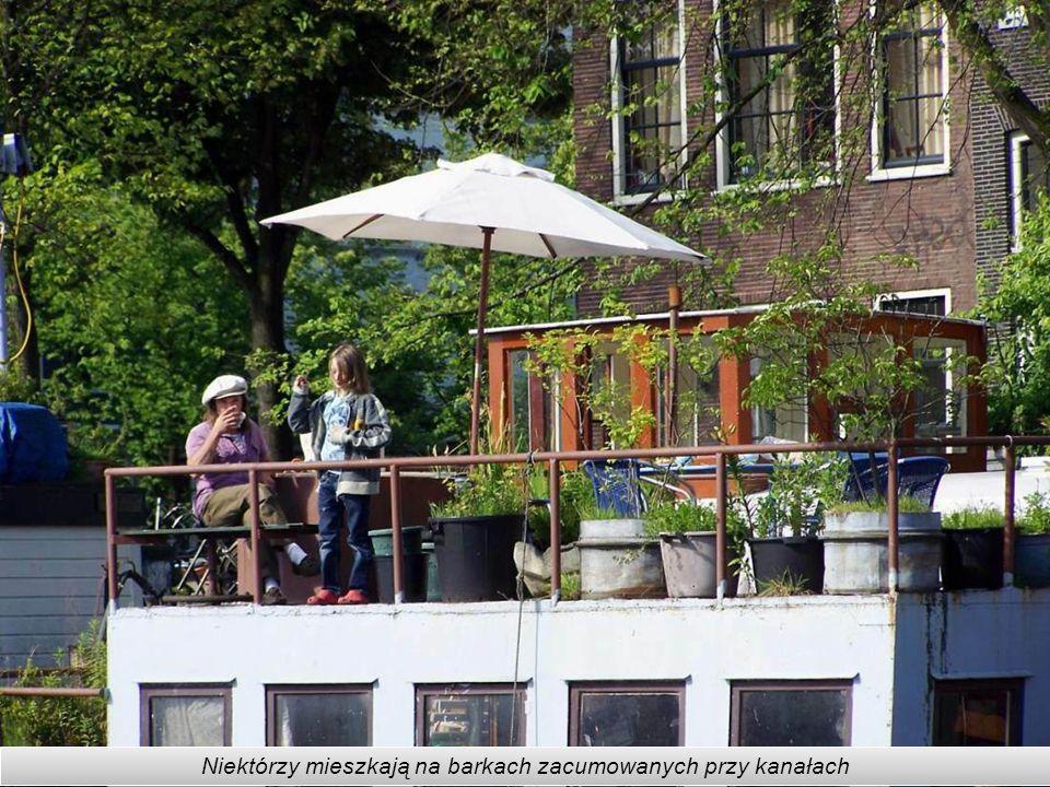 Niektórzy mieszkają na barkach zacumowanych przy kanałach