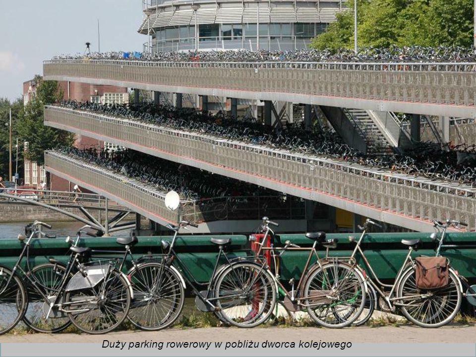 Duży parking rowerowy w pobliżu dworca kolejowego