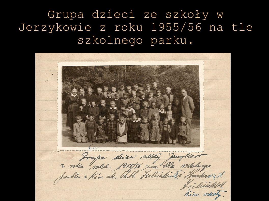 Grupa dzieci ze szkoły w Jerzykowie z roku 1955/56 na tle szkolnego parku.