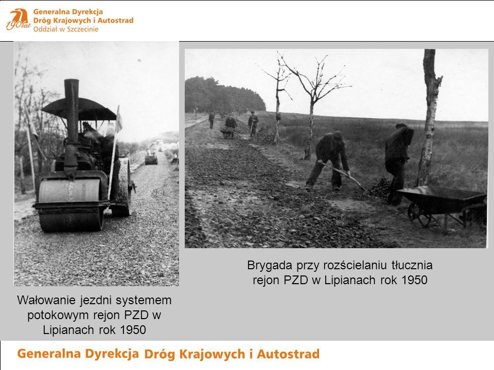 Brygada przy rozścielaniu tłucznia rejon PZD w Lipianach rok 1950