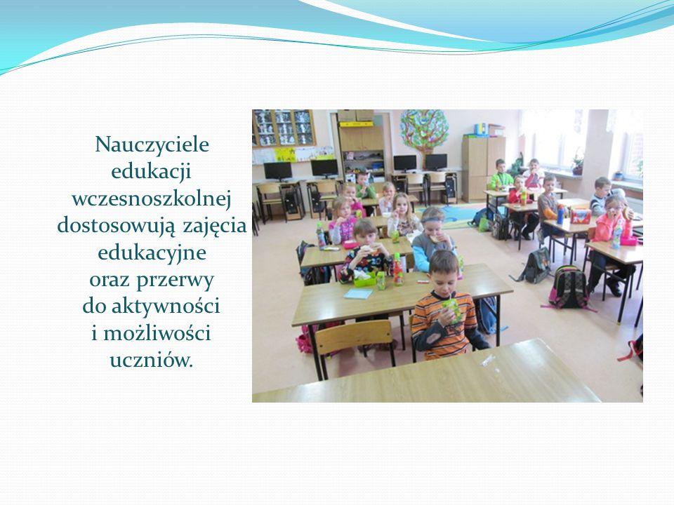 Nauczyciele edukacji wczesnoszkolnej dostosowują zajęcia edukacyjne oraz przerwy do aktywności i możliwości uczniów.