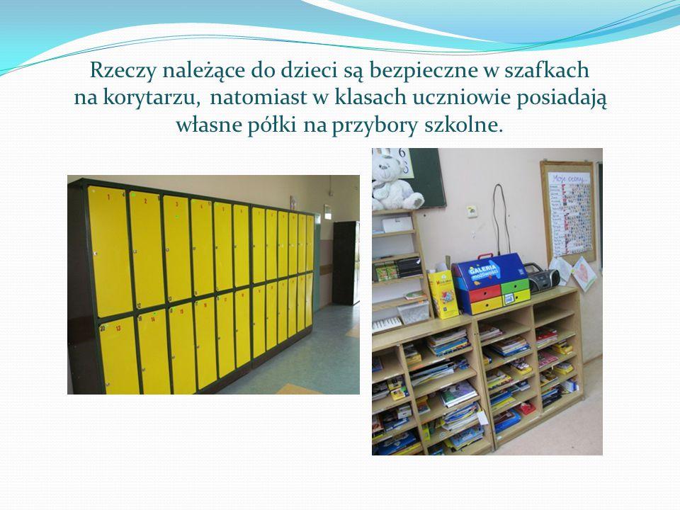 Rzeczy należące do dzieci są bezpieczne w szafkach na korytarzu, natomiast w klasach uczniowie posiadają własne półki na przybory szkolne.
