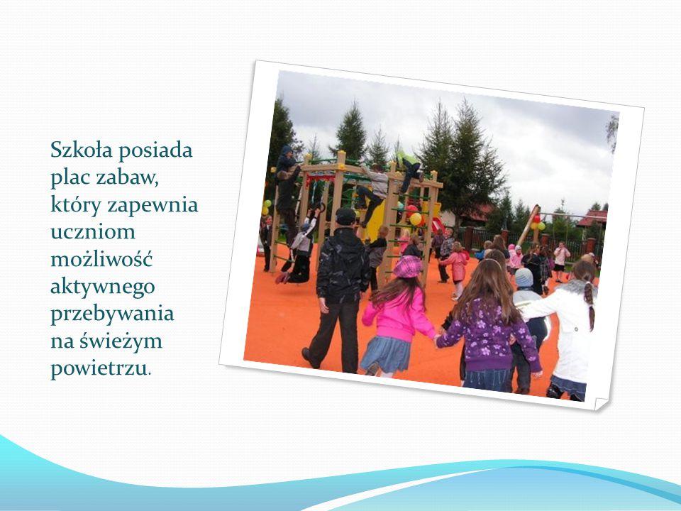 Szkoła posiada plac zabaw, który zapewnia uczniom możliwość aktywnego przebywania na świeżym powietrzu.