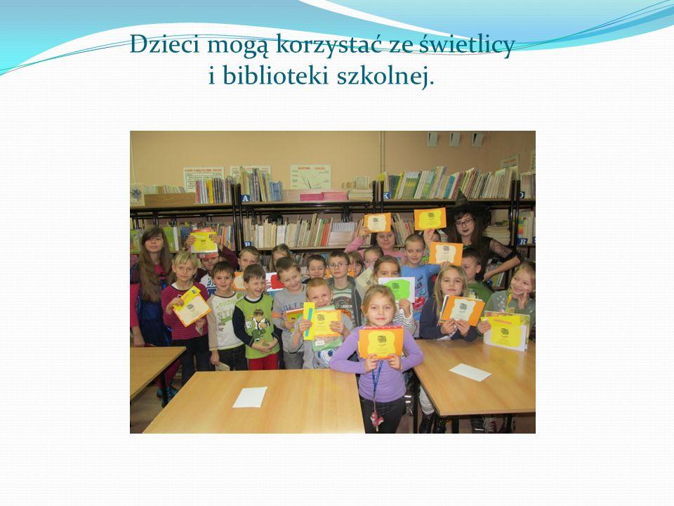 Dzieci mogą korzystać ze świetlicy i biblioteki szkolnej.