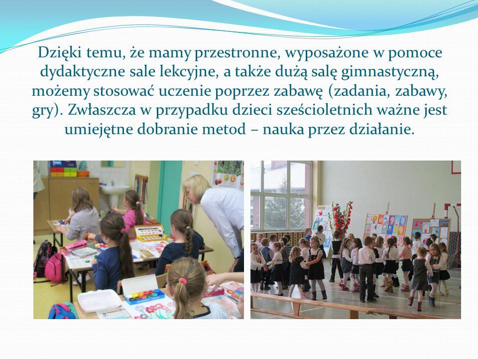Dzięki temu, że mamy przestronne, wyposażone w pomoce dydaktyczne sale lekcyjne, a także dużą salę gimnastyczną, możemy stosować uczenie poprzez zabawę (zadania, zabawy, gry).